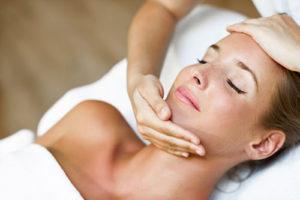 ženska na masaži obraza